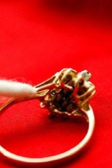 Быстро и эффективно: как почистить золотую цепочку