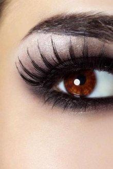 Правила макияжа под наращенные ресницы