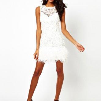 Белое платье с перьями