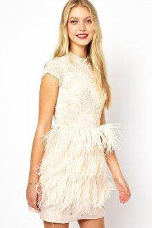 Белое короткое платье с перьями