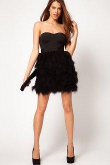 Черное модное короткое платье с перьями