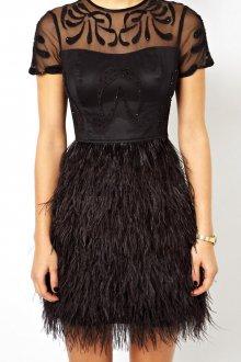 Черное модное короткое платье с перьями с кружевом