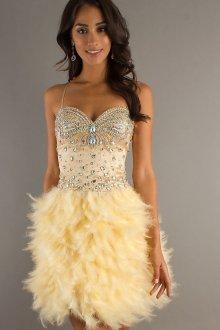 Желтое модное короткое платье с перьями со стразами