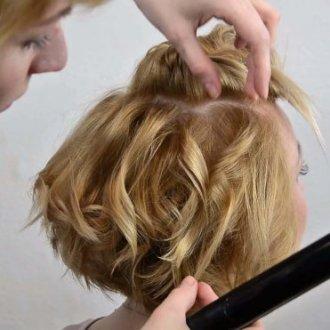 Женская укладка на короткие волосы при помощи утюжка