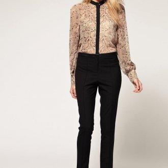 Черные узкие брюки с блузкой