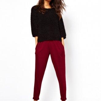 Романтический образ с бордовыми узкими брюками