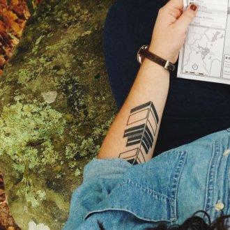 Женская татуировка этническая на руке