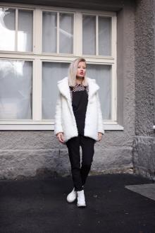 Белая стильная и теплая шуба