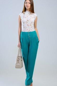 Стильные изумрудные брюки из льна с блузой
