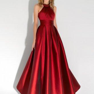 Красное длинное платье для цветотипа зима