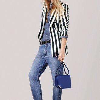 Наряд с джинсами и пиджаком для девушки цветотипа зима