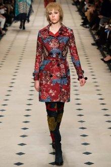 Красное пальто в викторианском стиле