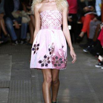 Розовое платье с кедами