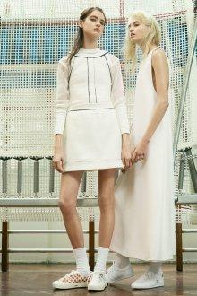 Белые платья с кедами
