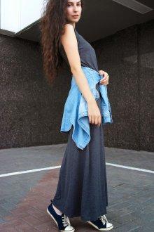 Темное платье с кедами