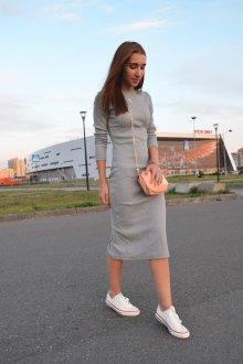 Серое длинное платье с кедами
