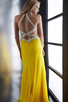 Стильное платье с открытой спиной