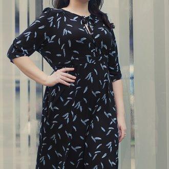 Черное офисное летнее платье для полных женщин