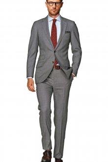 Серый классический мужской костюм с красным галстуком