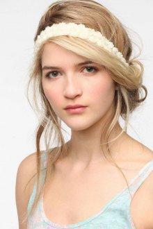 Прическа с повязкой в романтическом стиле