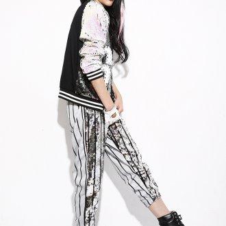 Яркий женский образ в черно белых тонах в стиле active casual