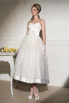 Свадебное платье без бретелей и с пышной длинной юбкой в стиле нью лук