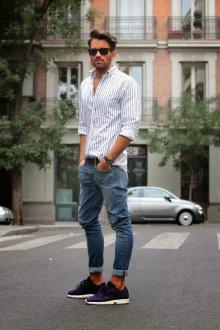 Летний мужской образ с кроссовками и полосатой рубашкой в стиле casual