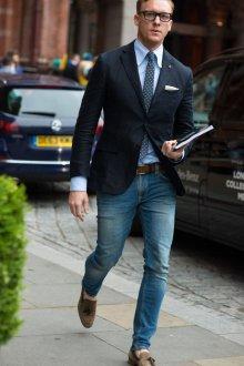 Джинсы с рубашкой, галстуком и пиджаком в стиле casual