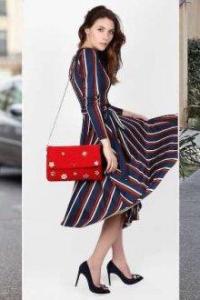 С чем носить красную сумку летом и весной
