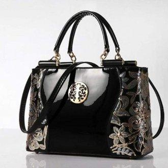 Черная лаковая сумка