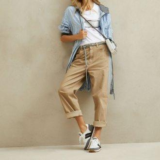 Бежевые брюки и спортивный стиль