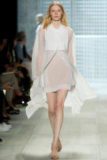 Белый летний наряд в минималистичном стиле
