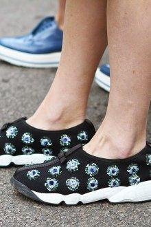 Красивые женские кроссовки с бусинами