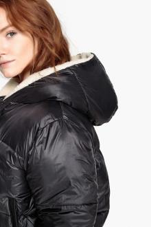 Женские короткие куртки с капюшоном