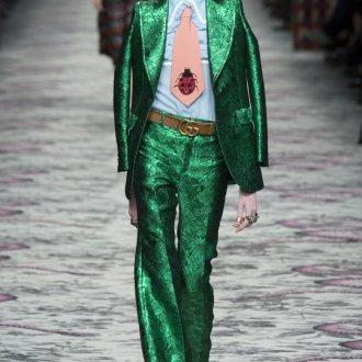 Экстравагантный лук с зеленым костюмом