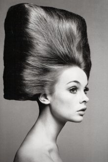 Экстравагантная женская прическа на длинные волосы