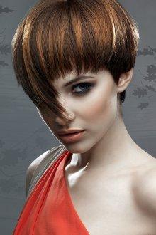 Женская прическа на короткие волосы в экстравагантном стиле