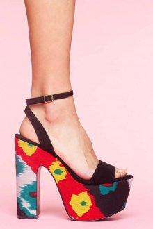 Летние яркие босоножки на толстом каблуке и с тонкими ремешками