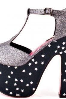 Летние босоножки на толстом каблуке и звездным принтом на подошве