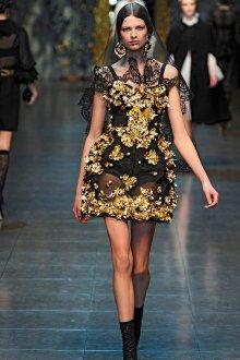 Черное платье с золотой отделкой в стиле барокко