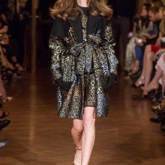 Темное пальто с леопардовым принтом