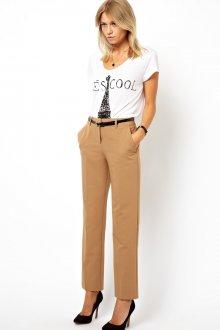 Прямые песочные брюки в гардеробе женщины 30 лет