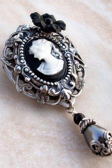 Винтажная черно-белая камея