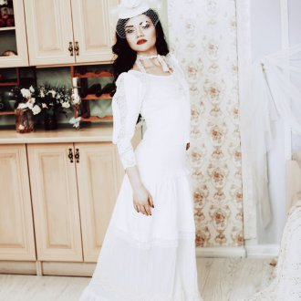 Белое винтажное свадебное платье со шляпкой