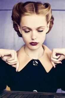 Прическа, макияж и платье 40 годов