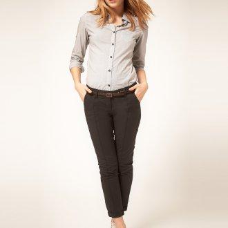 Темные женские брюки чинос