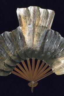 Старинный веер в форме голубя