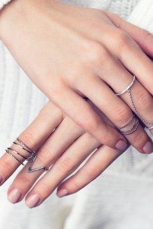 Тонкие серебристые кольца на фаланги пальцев