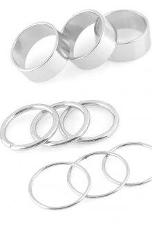 Серебряные кольца разного размера на фаланги пальцев